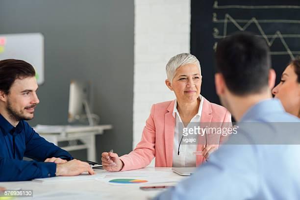 Hommes d'affaires ayant une réunion dans le bureau.