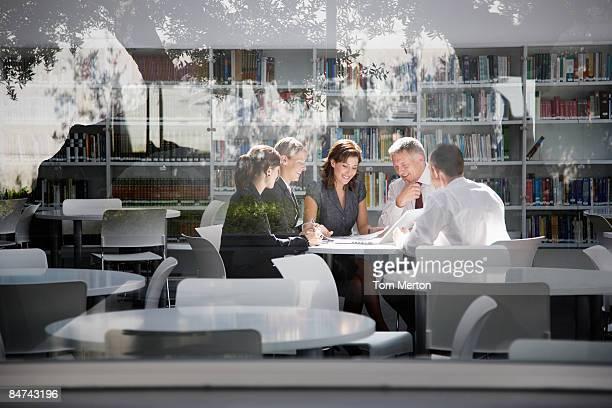 Geschäftsleute in Büro, Tagungsraum