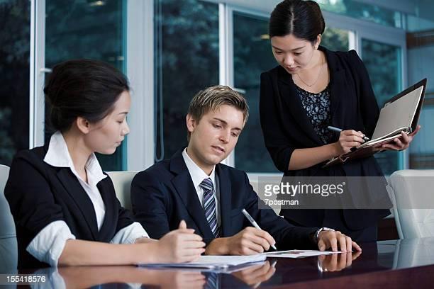 Planifier les hommes d'affaires dans un bureau
