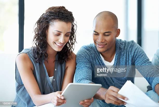 Hommes d'affaires à l'aide de Tablette numérique