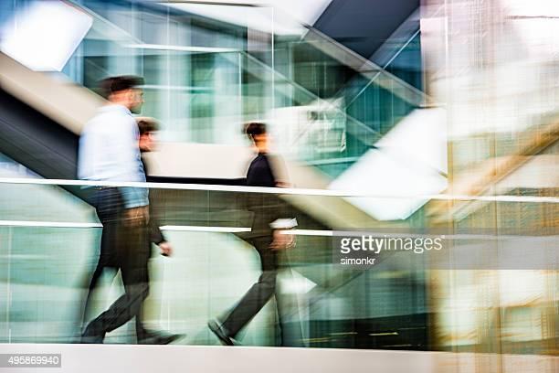Uomini d'affari a piedi in ufficio, Movimento sfocato