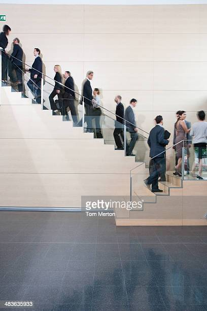 Hommes d'affaires à pied au bureau de l'escalier