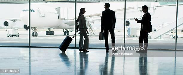 Hommes d'affaires avec des bagages à l'aéroport