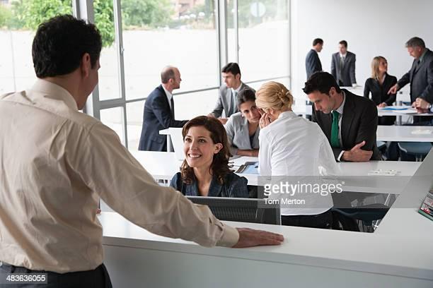 Hommes d'affaires travaillant dans un centre de formation d'entreprise