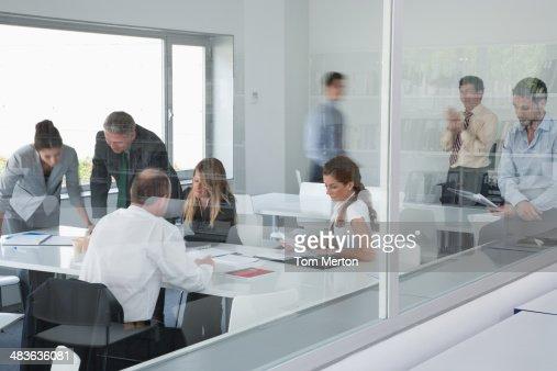 Empresários trabalhando em formação empresarial instalação