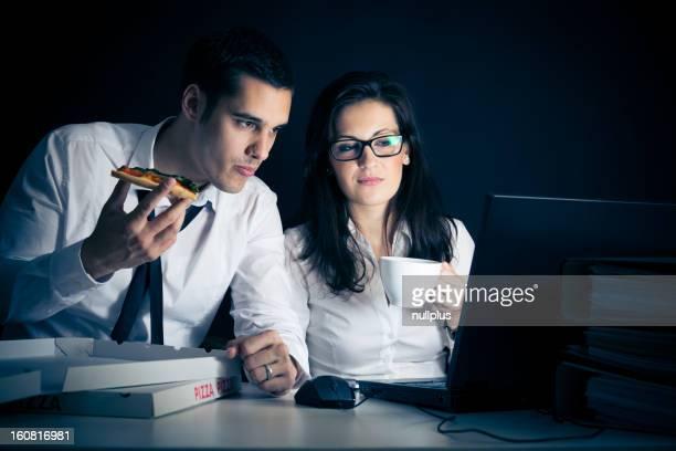 Empresários trabalhando tarde