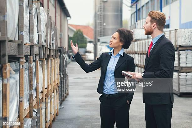 Geschäftsfrau und Client im StorageHouse