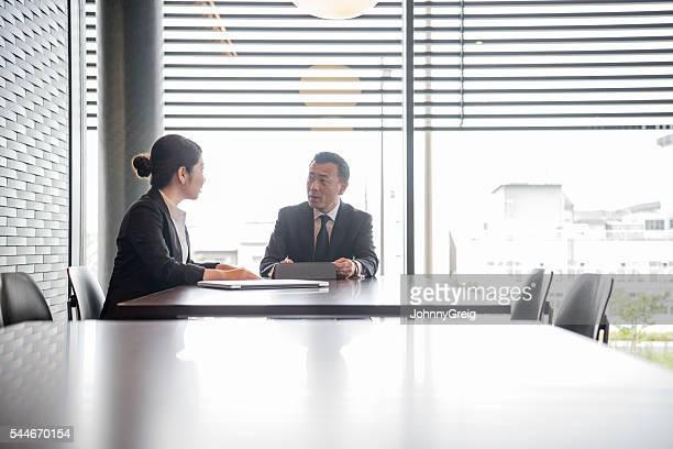 女性実業家雄お仕事仲間とのミーティングに現代的なオフィス