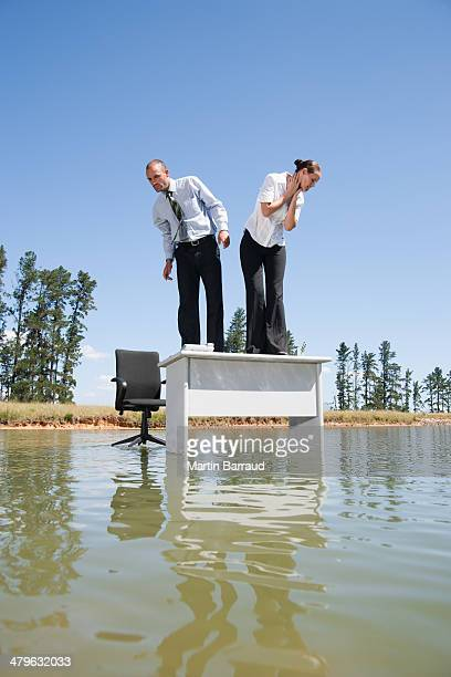 、男性のビジネスウーマンの上に立つ水のデスク