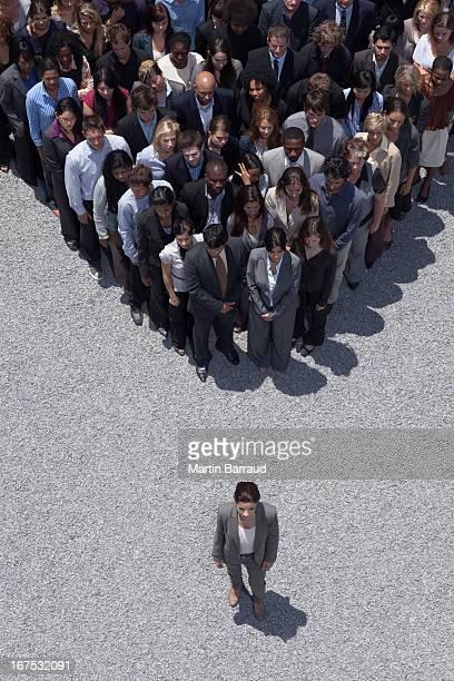 Femme d'affaires à l'apex de foule