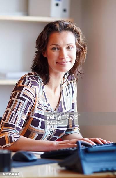 Geschäftsfrau im Büro-Schreibtisch mit computer