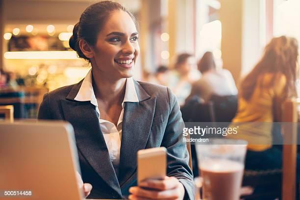 Femme d'affaires dans le café