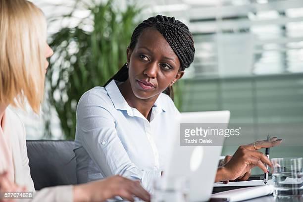Geschäftsfrau im Meetingraum