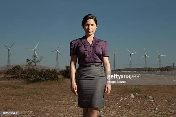 Donna in carriera al vento farm