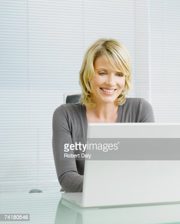 Donna d'affari al lavoro : Foto stock