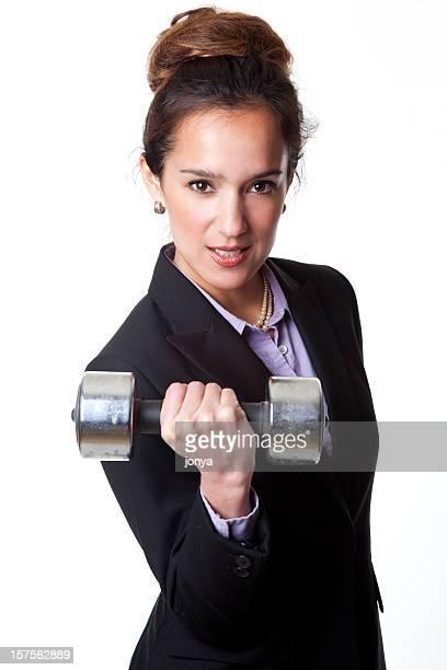Femme d'affaires portant des haltères