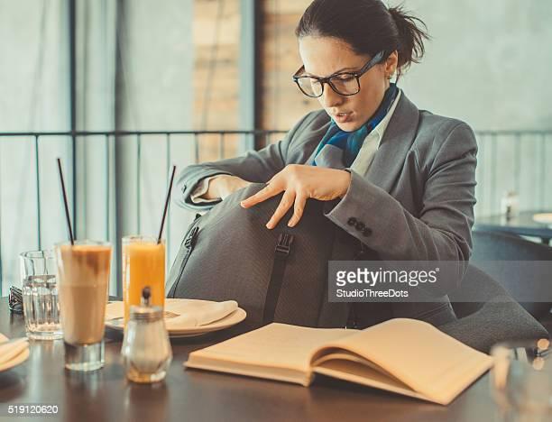 Geschäftsfrau, die Ihre Tasche