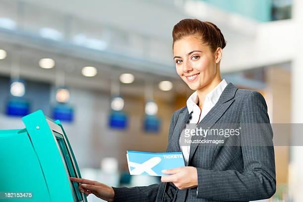 Femme d'affaires qui s'enregistrent à l'aéroport