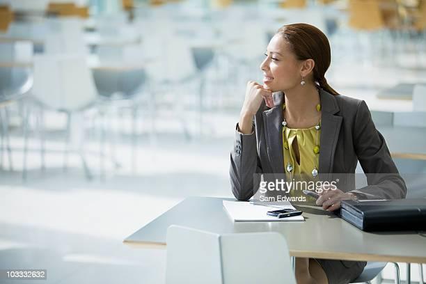 Femme d'affaires rêver de la table de la cafétéria