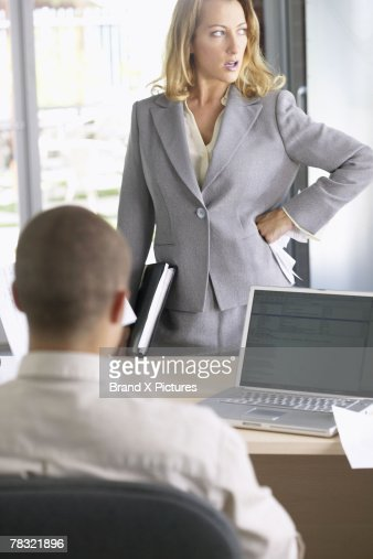 Businesswoman dissatisfied with businessman's performance : Foto de stock