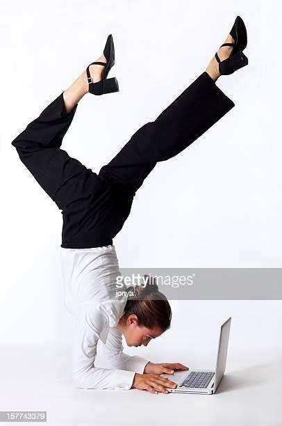 Femme d'affaires faisant ses acrobaties sur ordinateur portable