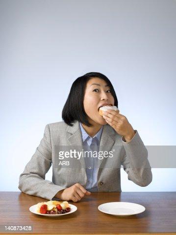 Frau am tisch freisteller farbig stock fotos und bilder for Tisch essen