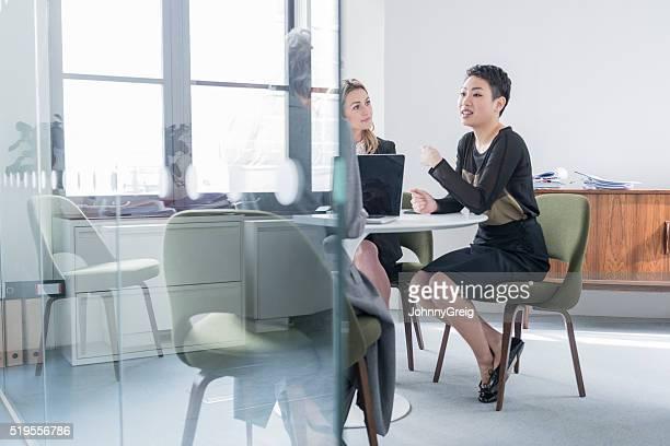 仕事一色に入れるには、お仕事仲間とのガラスの壁