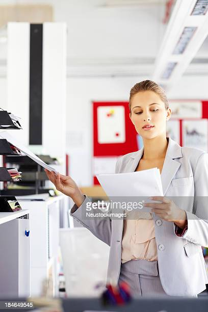 Femme d'affaires de classement documents