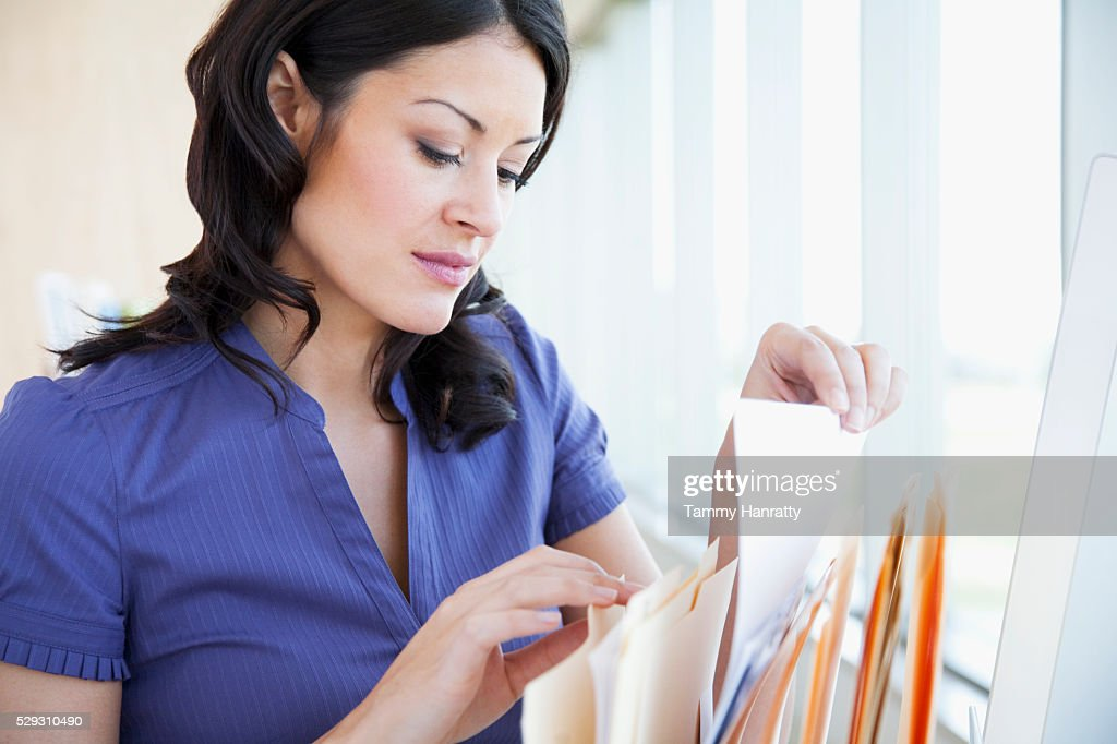 Businesswoman filing : Stockfoto