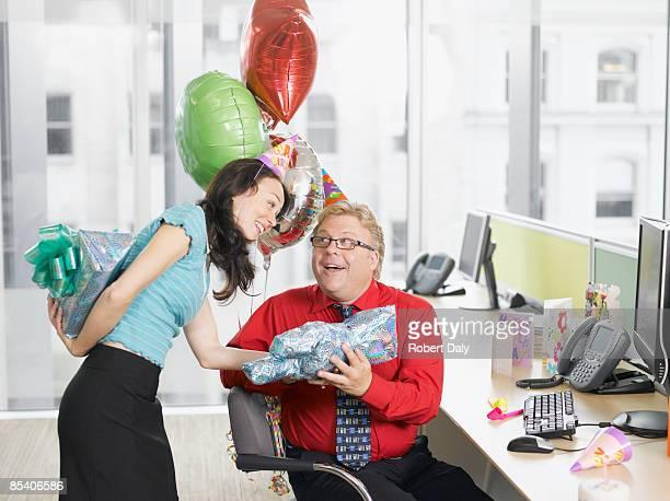 Empresaria dando regalos de cumpleaños para colega