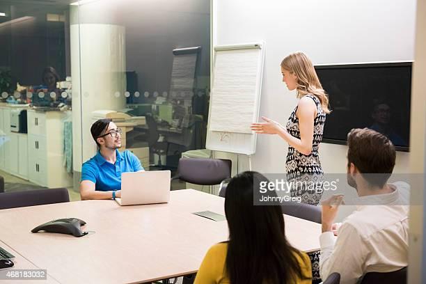 Geschäftsfrau, die Präsentation im späten Abend meeting