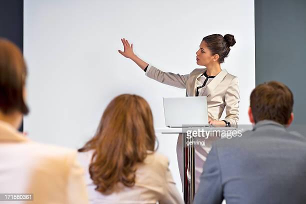 Donna d'affari dando presentazione ai suoi colleghi