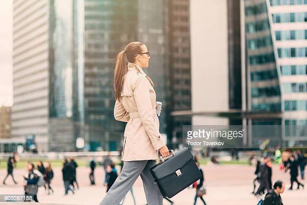 Femme d'affaires aller travailler