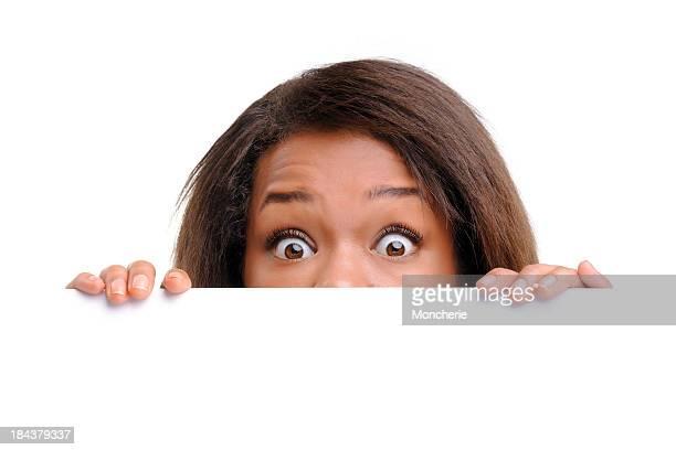 Donna d'affari di nascondersi dietro un vuoto banner bianco
