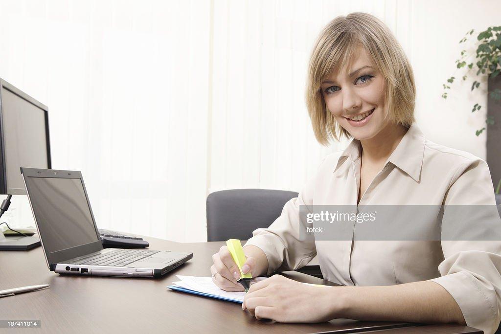 Businesswoman highlighting chart : Stockfoto