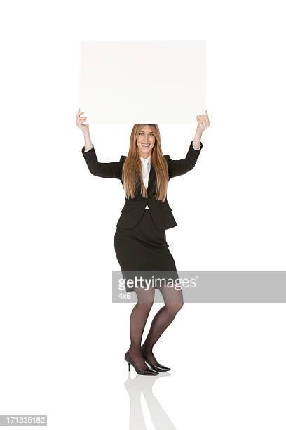 Mulher de Negócios segurando uma Placa de manifestação