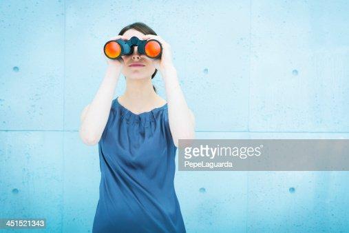 双眼鏡を持つビジネスウーマン