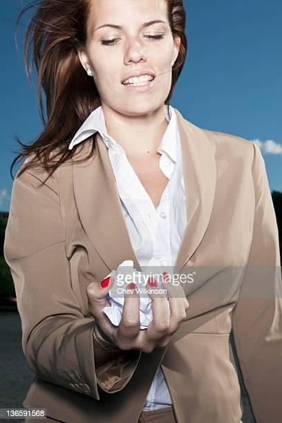Geschäftsfrau holding Faltig Weißbuch