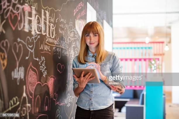 Geschäftsfrau hält digital-Tablette von blackboard