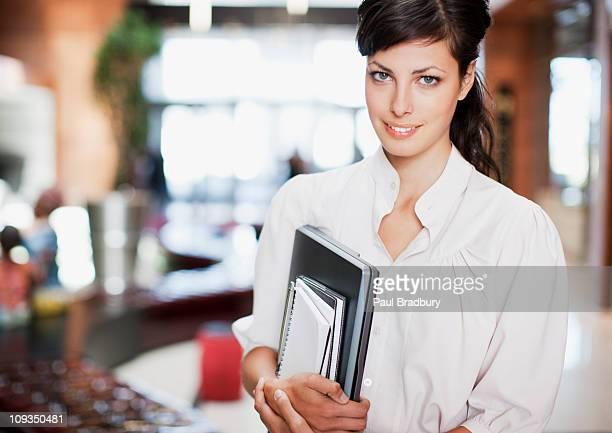 Geschäftsfrau holding laptop und Notizblock