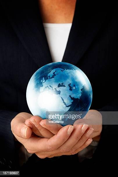 Geschäftsfrau hält die Welt in ihren Händen