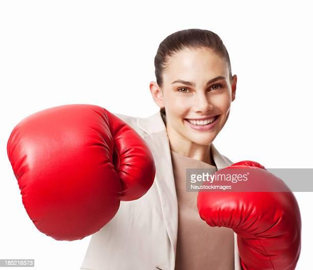 Donna d'affari in guantoni da boxe-isolato