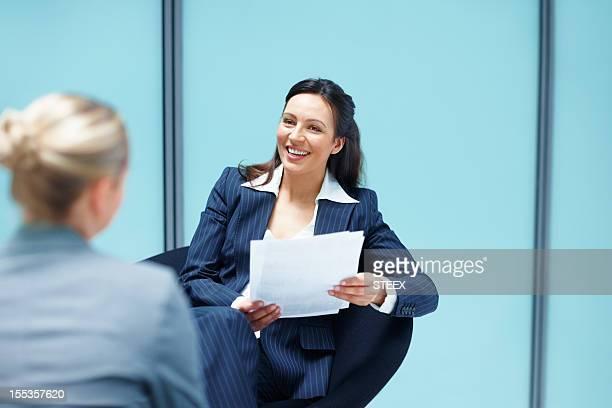 ビジネスウーマンに、お仕事仲間とのディスカッション