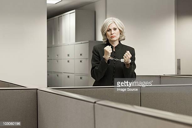 Geschäftsfrau in Handschellen