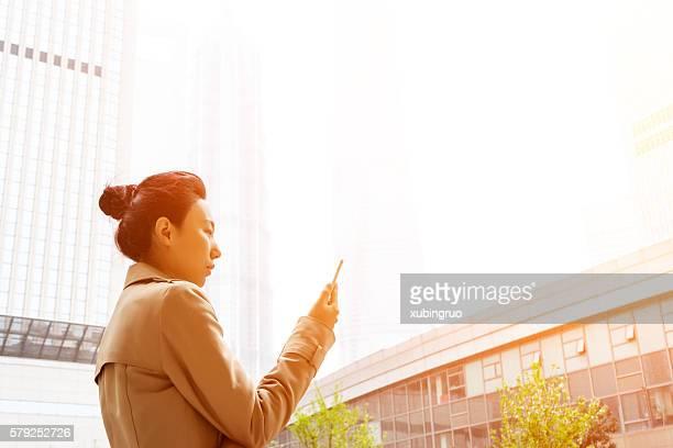 Geschäftsfrau In urbanen Landschaft