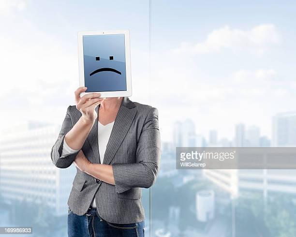 Femme d'affaires en tablette numérique avec triste Émoticon