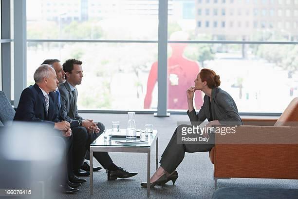 ビジネスウーマンのリーディングミーティング、同僚のロビー