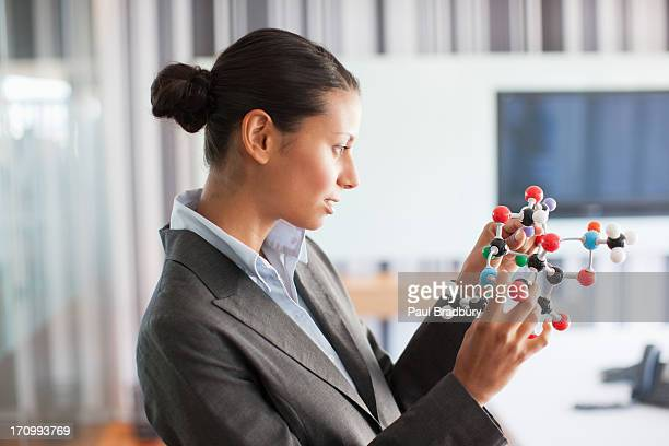 Geschäftsfrau Blick in die Molekül-Modell