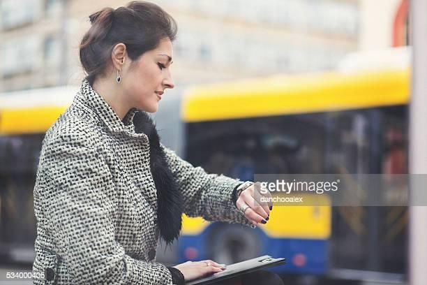Geschäftsfrau Blick in die Uhr