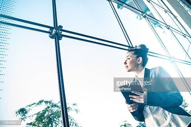 Geschäftsfrau schaut aus dem Fenster